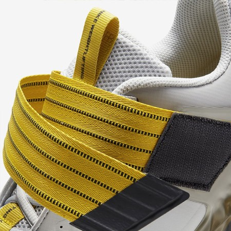 De klittenbandsluiting van de Nike Savaleos