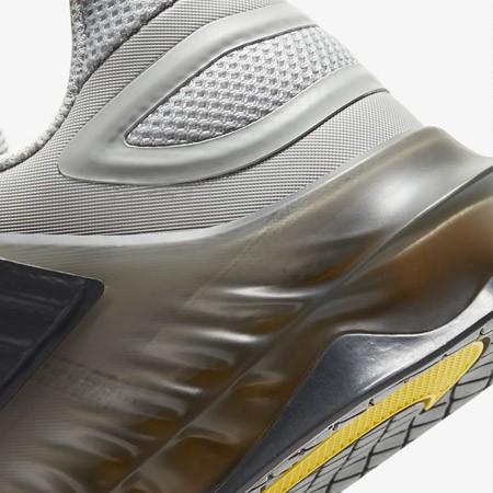 De hiel van de Nike Savaleos